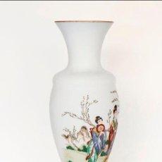 Vintage: GRAN JARRÓN EN CRISTAL DE OPALINA OPACA CON DIBUJOS DE GEISHAS. Lote 135673807