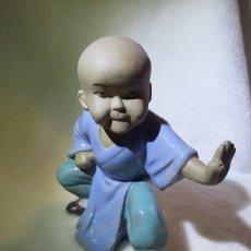 Vintage: FIGURA DE NIÑO EN PORCELANA CHINA DE SHIWAN. Lote 141592308