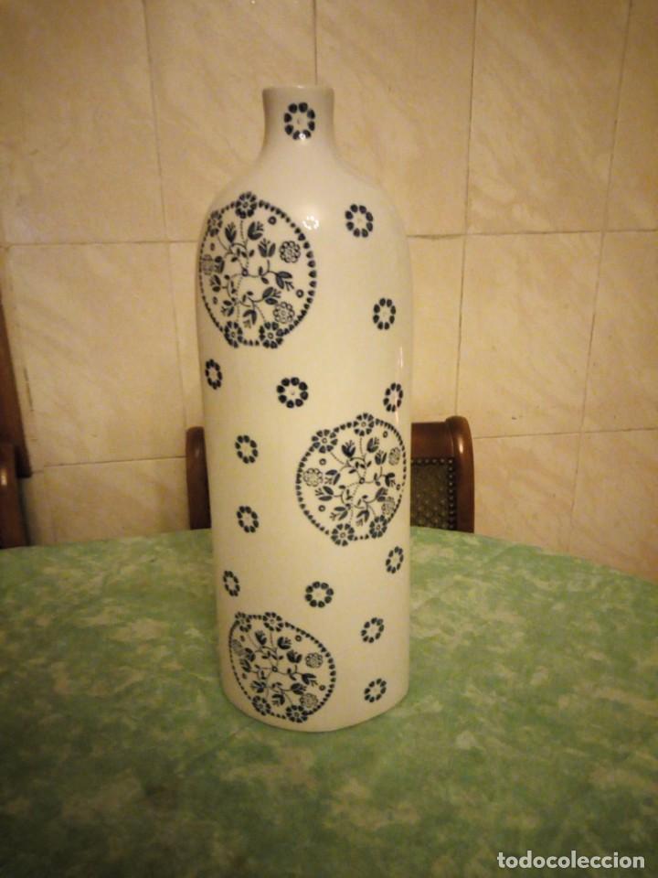 JARRON PORCELANA SIA HOME FASHION,BLANCO CON FLORES AZUL COBALTO. (Vintage - Decoración - Porcelanas y Cerámicas)