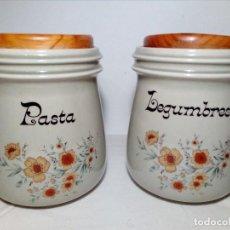 Vintage: DOS BONITOS BOTES DE CERÁMICA Y TAPE DE MADERA PARA PASTA Y LEGUMBRES (18X13 CM) MOTIVOS DE FLORES. Lote 150299378