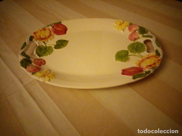 PRECIOSA FUENTE DE CERAMICA CON FLORES EN RELIEVE,CASUAL DINING.GRAN TAMAÑO. (Vintage - Decoración - Porcelanas y Cerámicas)