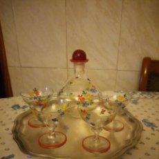 Vintage: PRECIOSA LICORERA CON 4 COPAS DE CRISTAL PINTADO A MANO Y BANDEJA DE ESTAÑO,VINTAGE.. Lote 152154822