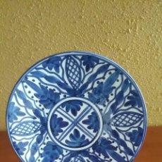 Vintage: PLATO CERÁMICA AZUL.PINTADO A MANO.SELLO EN REVERSO.CON SOPORTE Y PARA COLGAR.. Lote 152367984