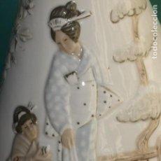Vintage: JARRON VINTAGE MIQUEL REQUENA VALENCIA PORCELANA CON BELLA ESCENA ORIENTAL GEISHAS EN RELIEVE. Lote 152762630