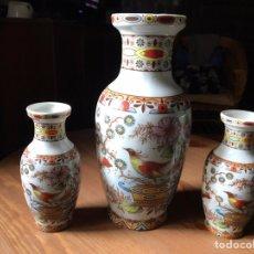 Vintage: TRES JARRONES PORCELANA CON MOTIVOS CHINOS, LA MARCA SANBO DE MANISES.. Lote 153946862