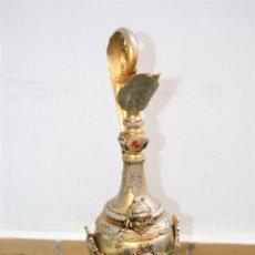 Vintage: PRECIOSO ANTIGUO Y GRANDE JARRÓN METAL ESTILO ANFORA BASE MADERA. Lote 155056490