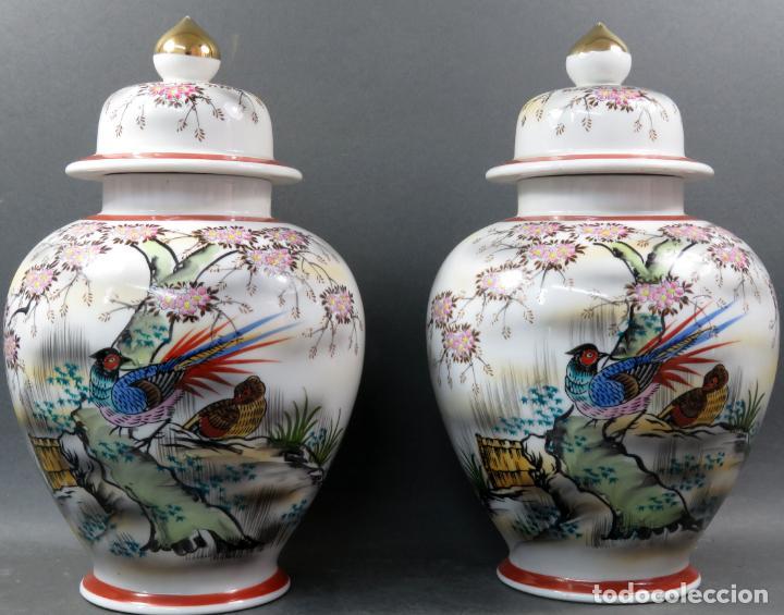 PAREJA DE TIBORES EN PORCELANA DE ESTILO ORIENTAL CHINA AÑOS 50 (Vintage - Decoración - Porcelanas y Cerámicas)