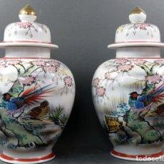 Vintage: PAREJA DE TIBORES EN PORCELANA DE ESTILO ORIENTAL CHINA AÑOS 50. Lote 155229342