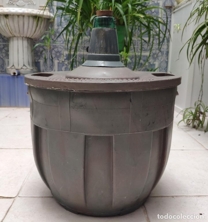 ANTIGUA GARRAFA O BOTELLA DE VIDRIO DAMAJUANA VIRESA DE 16 L CON PROTECCION DE PLASTICO (AÑOS 70/80) (Vintage - Decoración - Cristal y Vidrio)