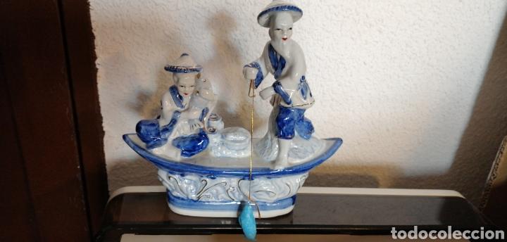 FIGURA DE BARCA DE PESCADORES HECHA EN PORCELANA (Vintage - Decoración - Porcelanas y Cerámicas)