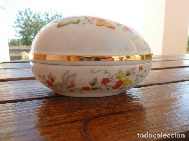 CAJITA EN FORMA DE HUEVO DECORADA CON MARIPOSAS. AVON (Vintage - Decoración - Porcelanas y Cerámicas)