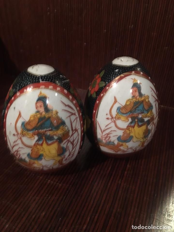 PAREJA DE HUEVOS DE PORCELANA CHINA - JAPÓN - AÑOS 70 - MEDIDAS 9CM (Vintage - Decoración - Porcelanas y Cerámicas)