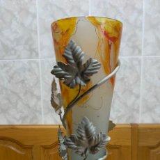 Vintage: FLORERO DE VIDRIO OPACO CON BASE DE METAL,. Lote 169771506