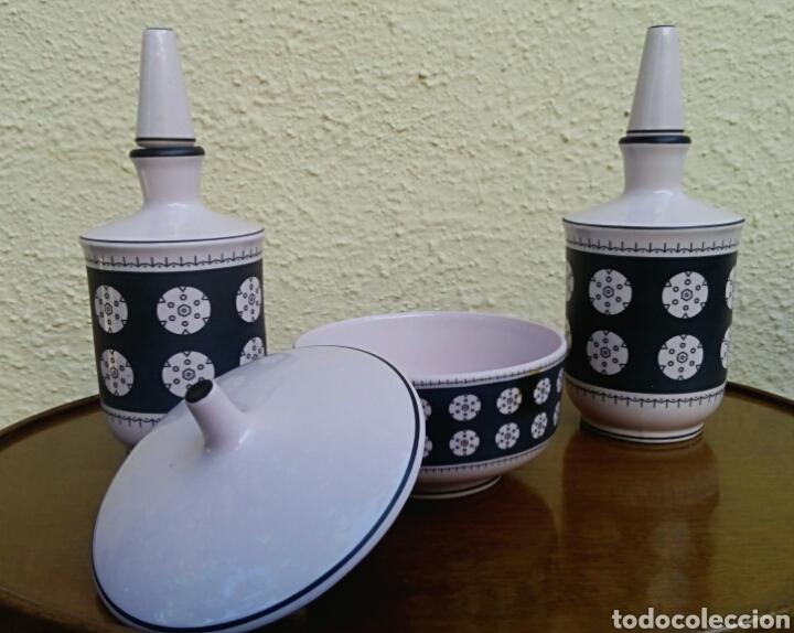 Vintage: Juego de tocador. Vintage. Porcelana de Manises. Sellada Sambo. Color rosa palo y negro. - Foto 2 - 179401080