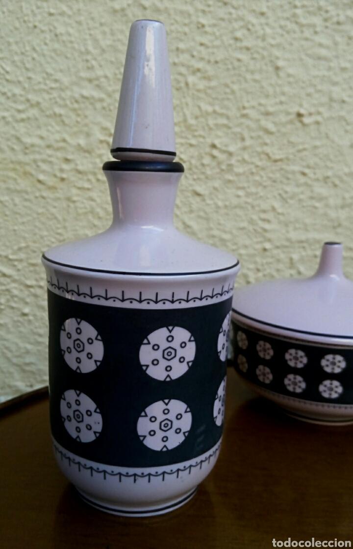 Vintage: Juego de tocador. Vintage. Porcelana de Manises. Sellada Sambo. Color rosa palo y negro. - Foto 4 - 179401080
