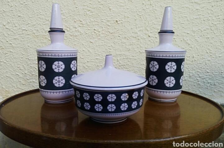 JUEGO DE TOCADOR. VINTAGE. PORCELANA DE MANISES. SELLADA SAMBO. COLOR ROSA PALO Y NEGRO. (Vintage - Decoración - Porcelanas y Cerámicas)