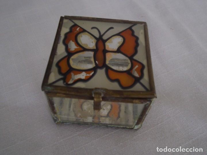 VIEJA CAJA DE CRISTAL CON PINTURA DE MARIPOSA Y ARISTAS DE METAL. 60X60 MM. (Vintage - Decoración - Cristal y Vidrio)