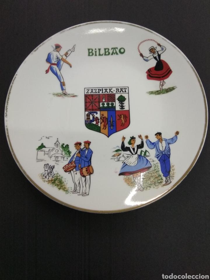 PLATO CERAMICA PAIS VASCO BILBAO ESCUDO ZAZPIAK BAT FIRMADO POR PUIG PEY (Vintage - Decoración - Porcelanas y Cerámicas)