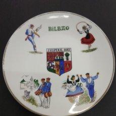 Vintage: PLATO CERAMICA PAIS VASCO BILBAO ESCUDO ZAZPIAK BAT FIRMADO POR PUIG PEY. Lote 181602971