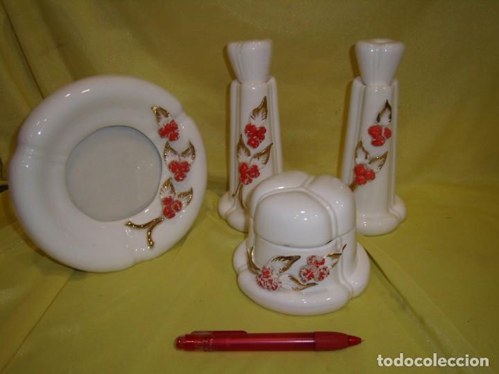 JUEGO TOCADOR CERÁMICA 4 PIEZAS, AÑOS 70, FLORES Y HOJAS RELIEVE, NUEVO SIN USAR. (Vintage - Decoración - Porcelanas y Cerámicas)