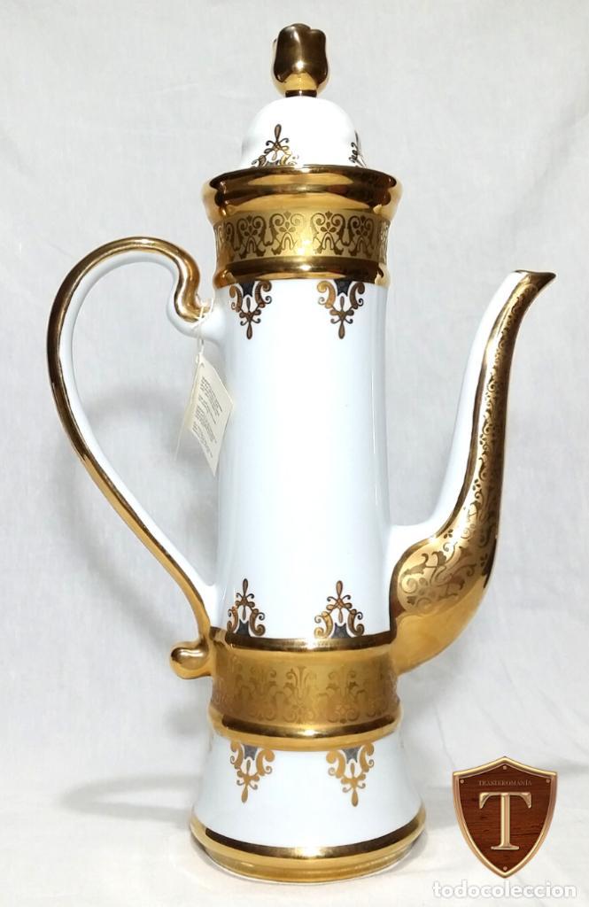 PRECIOSA CAFETERA SNEROLL EN PORCELANA, ORO Y PLATA. (Vintage - Decoración - Porcelanas y Cerámicas)