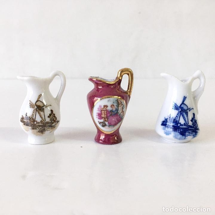 LOTE 3 MINIATURAS JARRAS DE PORCELANA - MOTIVOS MOLINO DE VIENTO HOLANDA - ALTURA 4 CM (Vintage - Decoración - Porcelanas y Cerámicas)