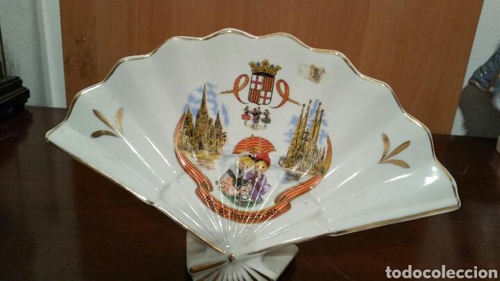 ABANICO DE PORCELANA RECUERDO DE BARCELONA (Vintage - Decoración - Porcelanas y Cerámicas)