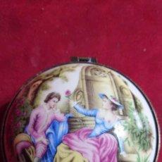 Vintage: JOYERO PORCELANA CON IMAGEN ROMANTICA DE HOMBRE MUJER CON ROSAS Y UN PERRITO. Lote 194371200