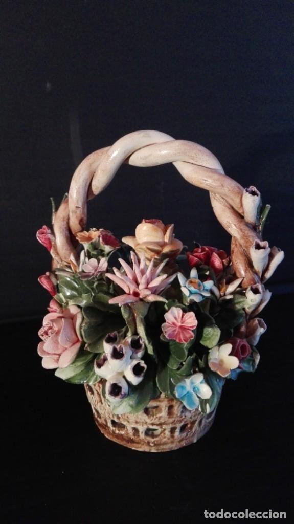PRECIOSA CESTA CERÁMICA CON FLORES, CAPODIMONTE (MOLLICA) -MADE IN ITALY (Vintage - Decoración - Porcelanas y Cerámicas)