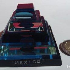 Vintage: BONITA FIGURA PISAPAPELES DE CRISTAL AZULADO QUE REPRESENTA UNA PIRAMIDE DE MEXICO. Lote 194667090