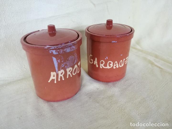 PAREJA DE TARROS DE BARRO COCIDO, CON TAPA, ARROZ Y GARBANZOS, UNOS 13 CMS. DE ALTO (Vintage - Decoración - Porcelanas y Cerámicas)