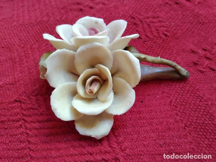 TRES ROSAS SOBRE RAMA CERAMICA CAPODIMONTE (Vintage - Decoración - Porcelanas y Cerámicas)