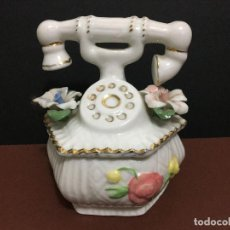 Vintage: PEQUEÑO JOYERO O CONTENEDOR DE CERAMICA CON FORMA DE TELEFONO CON MOTIVOS FLORALES. Lote 195659442