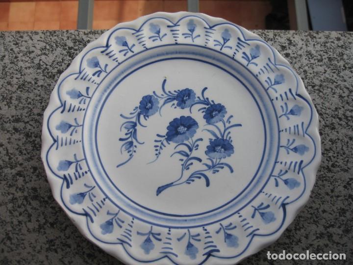 PLATO DECORADO AMANO AZUL CON FLORES (Vintage - Decoración - Porcelanas y Cerámicas)