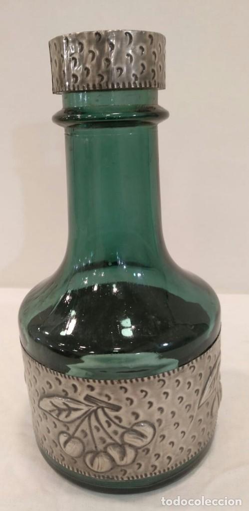LICORERA DE CRISTAL VERDE Y METAL. C2 (Vintage - Decoración - Cristal y Vidrio)