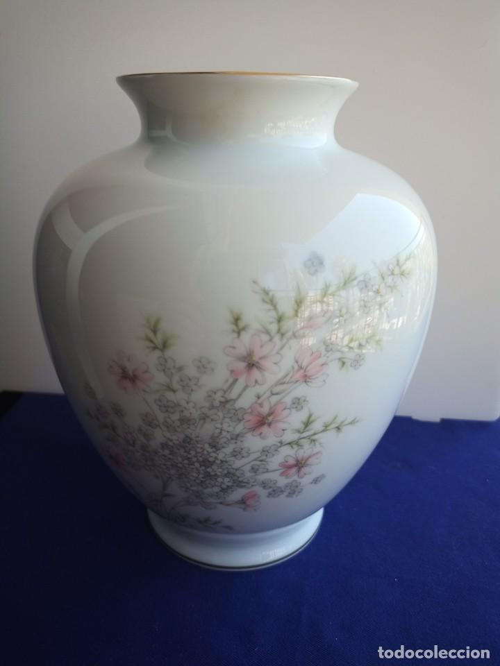 JARRÓN DE FINA PORCELANA BLANCA DISEÑO ROSAS Y FILO DE ORO PRESTIGIOSA MARCA CAPEANS MADE IN SPAIN (Vintage - Decoración - Porcelanas y Cerámicas)