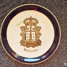 Vintage: PLATO DECORADO A MANO EN ORO DE LEY. 25 CM DIAMETRO- ESCUDO DE LA CORUÑA. TRAE APLIQUE PARA COLGAR. Lote 213965816