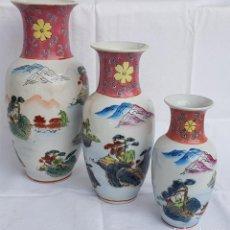 Vintage: TRÍO-ESCALA DE JARRONES EN CERÁMICA CHINA, PINTADOS Y REPUJADOS A MANO. SIGLO XX-AÑOS 80. Lote 220605006