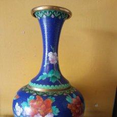 Vintage: BONITO FLORERO AZUL CON FLORES. JARRÓN. MUY VINTAGE. MEDIDAS 31*18 CM.. Lote 221861778