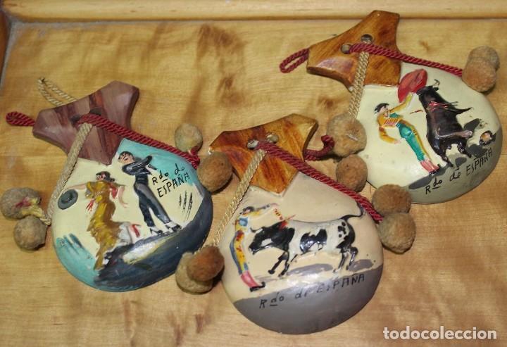 PRECIOSA CASTAÑUELAS EN CERAMICA CON ESCENAS DE TAUROMAQUIA PARA COLGAR SOUVENIR SPAIN 70S (Vintage - Decoración - Porcelanas y Cerámicas)