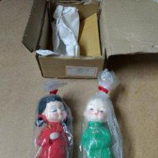 Vintage: PAREJA CHINOS- JAPONESES BESUCONES 15CM CEREMICA NUEVOS Y ORIGINALES AÑOS 60-70. Lote 226093355