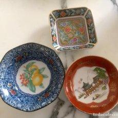 Vintage: LOTE DE 3 PLATITOS DE CERÁMICA CHINA SIGLO XX, SELLO ROJO Y AZUL. Lote 228349820