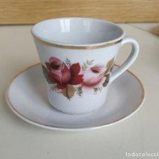 Vintage: JUEGO DE TÉ O CAFÉ PORCELANA BLANCA, FLORES ROSAS. 3 TAZAS Y 4 PLATOS. SELLO EN LA BASE. AÑOS 70. Lote 236913470