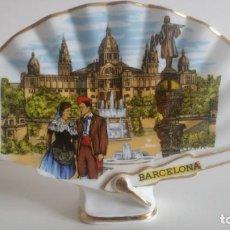 Vintage: ABANICO DE PORCELANA / CON FILO DORADO / RECUERDO DE BARCELONA. Lote 246881525