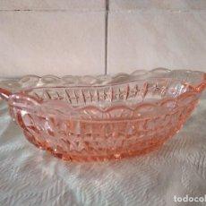 Vintage: PRECIOSA SALSERA DE CRISTAL ROSA CON DIBUJOS EN RELIEVE.. Lote 261668940