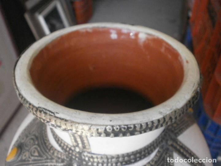 Vintage: Jarrón de porcelana color blanco decoración metálica Marruecos altura 32 cm. ancho 22 cm buen estado - Foto 3 - 265212529
