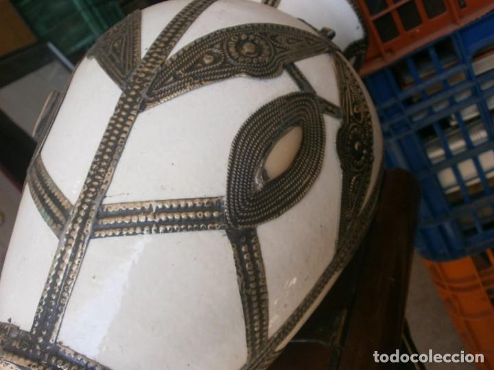 Vintage: Jarrón de porcelana color blanco decoración metálica Marruecos altura 32 cm. ancho 22 cm buen estado - Foto 5 - 265212529
