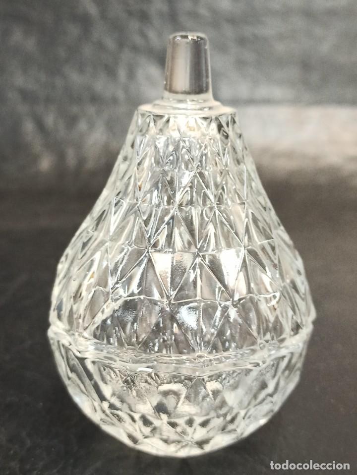 PEQUEÑA BOMBONERA DE CRISTAL TALLADO EN FORMA DE PERA. C60 (Vintage - Decoración - Cristal y Vidrio)