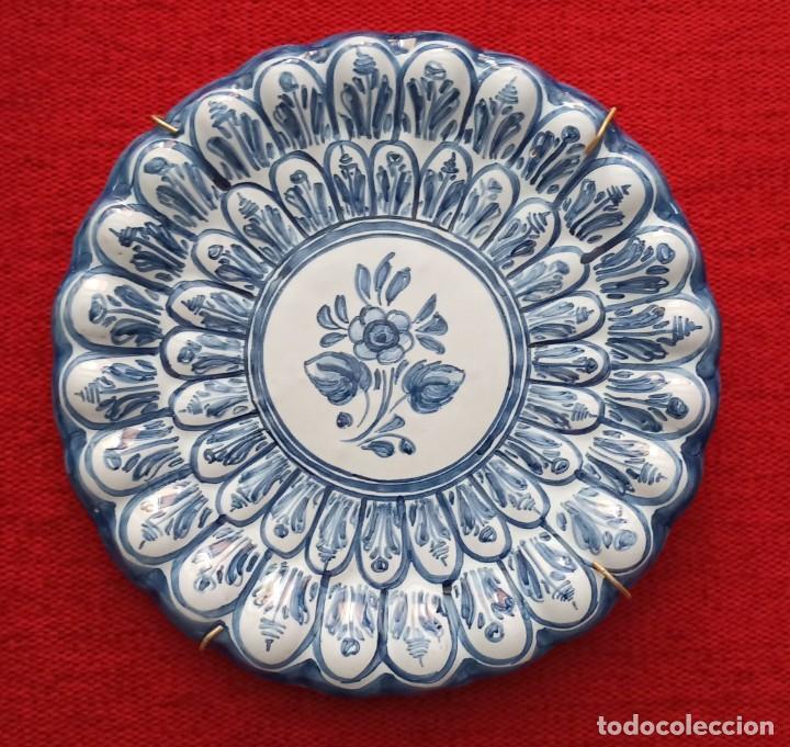PLATO DE CERÁMICA PINTADO A MANO CON RELIEVE (Vintage - Decoración - Porcelanas y Cerámicas)
