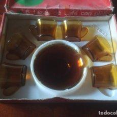 Vintage: JUEGO DE CAFÉ DURALEX VICASA. ÁMBAR. 5 SERVICIOS. TAZAS Y PLATOS. EN SU CAJA ORIGINAL. Lote 293638273